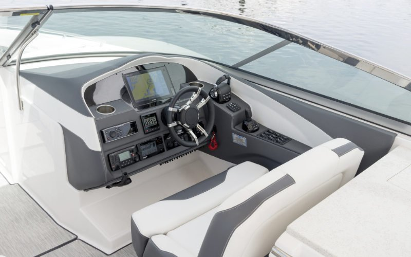 Regal Outboard 33 OBX Bild 6